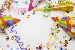 Kartka z pozdrowieniami dla karnawału przyjęcia kapelusz i świeczki na białym tle Fotografia Stock