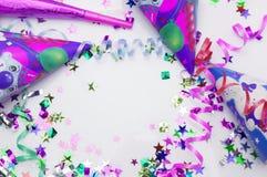 Kartka z pozdrowieniami dla karnawału przyjęcia kapelusz i świeczki na białym tle Obraz Royalty Free