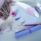 Kartka z pozdrowieniami dla macierzystego ` s dnia, biała koperta, notatnik, menchia kwitnie i seashells Obraz Stock
