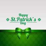 Kartka z pozdrowieniami dla St Patrick dnia z koniczyną i tasiemkowym łękiem Obraz Royalty Free
