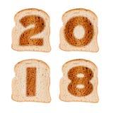 2018 kartka z pozdrowieniami na wznoszących toast plasterkach odizolowywających na bielu chleb Zdjęcie Royalty Free