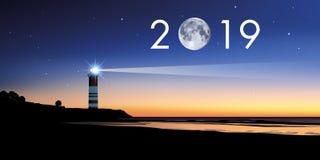 Kartka z pozdrowieniami 2019 z pojęciem latarnia morska iluminuje zmierzch royalty ilustracja
