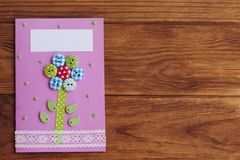 Kartka z pozdrowieniami robić dzieckiem dla matka dnia, ojca dzień, Marzec 8, urodziny Papierowa karta z kwiatem od drewnianych g Obrazy Stock