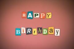 Kartka z pozdrowieniami w rocznika stylu z teksta wszystkiego najlepszego z okazji urodzin od cięcie listów na różowym tle ?wi?to obraz royalty free