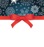 Kartka z pozdrowieniami z czerwonym łękiem na płatka śniegu tle i kopii przestrzeni Zdjęcie Stock