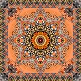 Kartki z pozdrowieniami lub rocznika bandan druk z stylizowany słońca mandala i ornamentacyjna rama na pomarańczowym tle wzór etn ilustracji
