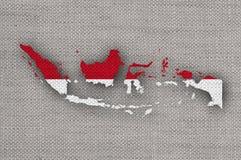 Kartlägga och flaggan av Indonesien på gammal linne fotografering för bildbyråer