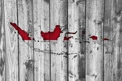 Kartlägga och flaggan av Indonesien på ridit ut trä royaltyfria bilder