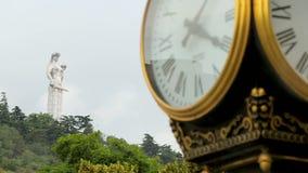 Kartlis Deda se tenant sur la colline derrière l'horloge antique de rue, monument à Tbilisi clips vidéos