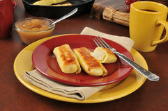 Kartoffel Blintzes mit Apfelsauce Lizenzfreie Stockfotografie
