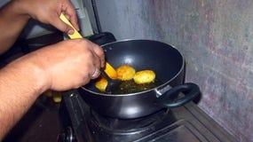 Kartoffel für das Gemüse braten, das zu Hause macht Stockfotografie