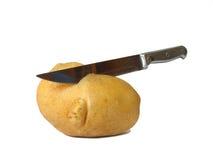 Kartoffel geschnitten durch Messer stockfotos