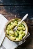 Kartoffel Gnocchi mit Pesto Lizenzfreie Stockbilder