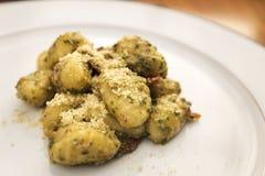 Kartoffel Gnocchi mit Pesto-Soße lizenzfreies stockbild