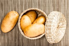 Kartoffel im geflochten Kasten Stockbilder
