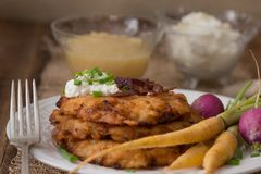 Kartoffel-Pfannkuchen für Hannukah: Latkes Stockfotos