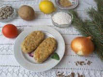 Kartoffel und Sago mit Kiefernnadelburgern Stockfotos