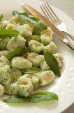 Kartoffel und Spinat Gnocchi mit weiser Butter lizenzfreie stockfotos