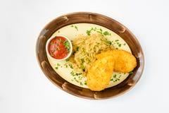 Kartoffel zrazy mit Pilzen und Sauerkraut auf einem weißen Hintergrund Stockfoto