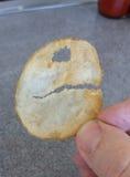 Kartoffelchip, der wie Pac-Mann aussieht Stockfoto