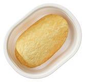 Kartoffelchip herein einen Plastikbehälter, der auf weißem Hintergrund getrennt wird Stockfoto