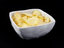 Kartoffelchip innen eine weiße Schüssel Stockbilder