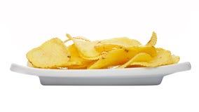 Kartoffelchips auf einer Platte Stockfotografie