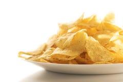 Kartoffelchips auf einer weißen Platte stockfotografie