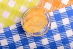Kartoffelchips auf Glasschüssel Stockfotos