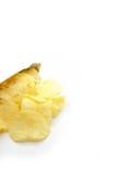 Kartoffelchips auf weißem Hintergrund Stockfotos
