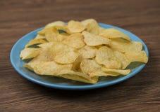 Kartoffelchips in der Platte Stockfotografie
