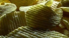 Kartoffelchips in der Rotation stock video footage