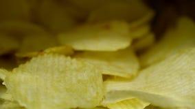 Kartoffelchips ist Imbiss in der essfertigen und fetten Nahrung der Tasche oder in der ungesunden Fertigkost rotate stock footage
