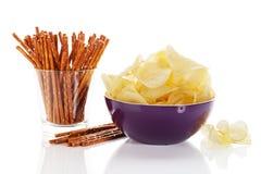 Kartoffelchips mit Brezelsteuerknüppeln Stockfotos