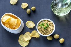 Kartoffelchips mit olivgrünem Tapenade Lizenzfreies Stockbild