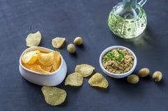 Kartoffelchips mit olivgrünem Tapenade Stockbild