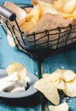 Kartoffelchips mit Soße Lizenzfreies Stockfoto