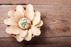 Kartoffelchips mit Soße und Kräutern, Draufsicht Lizenzfreie Stockfotografie