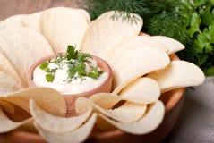 Kartoffelchips mit weißer Soße und Kräutern Lizenzfreies Stockbild