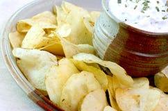 Kartoffelchips und Bad Stockbild