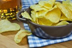 Kartoffelchips und Bier Lizenzfreie Stockfotografie