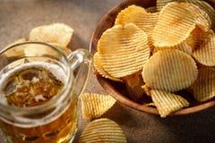 Kartoffelchips und Bierkrug lizenzfreies stockbild