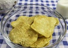 Kartoffelchips und Milch Stockbild