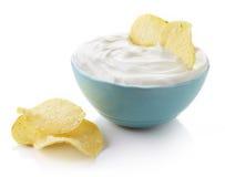 Kartoffelchips und Schüssel des Bades Stockbilder