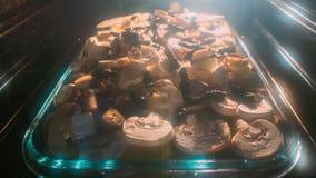 Kartoffelgratin mit Pilzen im Ofen stock footage