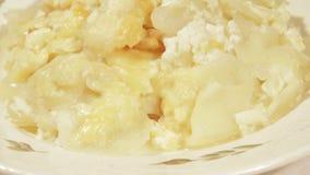 Kartoffelgratin mit Sahne, Eier und Käse stock video