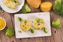 Kartoffelgratins mit Brokkoli Florets lizenzfreies stockfoto