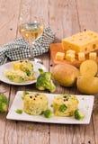 Kartoffelgratins mit Brokkoli Florets lizenzfreie stockfotos