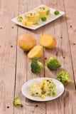 Kartoffelgratins mit Brokkoli Florets stockbild