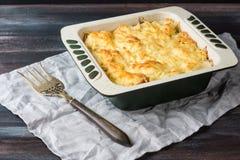 Kartoffelkasserolle mit Fleisch Stockbild